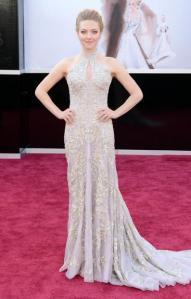 Amanda Seyfried com look Alexander McQueen também está um luxo!