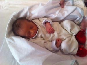 Não é um príncipe? O baby veste sapatinhos de tricot da Upiá.